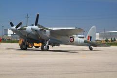 Somente um no mundo que voa o AO de Havilland Mosquito 98 rebocado para o voo do programa demonstrativo Imagem de Stock