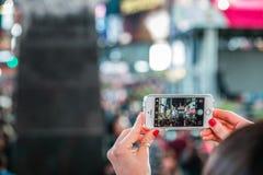 Someone Bierze obrazek z iPhone times square przy nocą Obrazy Stock