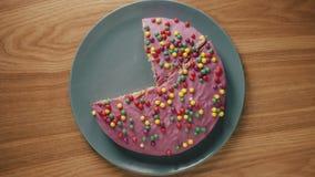 Someone ciie tort w kawałki i stawia one zdala od talerza na drewnianym stole ilustracji