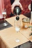 Someone dolewania wino w szkło w szczególe zdjęcie royalty free