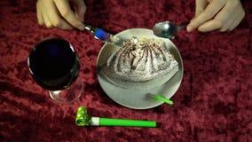 Someone je wakacyjnego tort, odgórny widok świąteczny tło zbiory