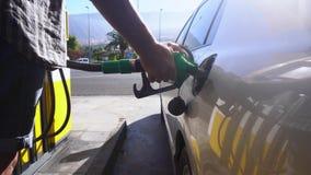 Someone refueling samochód zbiory wideo