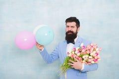 someone specjalny Obsługuje brodatego dżentelmenu kostiumu łęku krawata chwyta lotniczych balony i bukiet Dżentelmen robi romanty zdjęcie royalty free