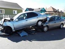 Someone uderza samochodowego kładzenie na górze innego samochodu ja fotografia stock