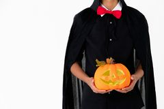 Someone w czarnej pokrywie z czerwonym krawata mienia orage lant i koszula zdjęcie royalty free