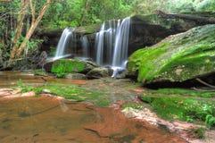 Somersby cai, cachoeira australiana, Novo Gales do Sul, Austrália fotografia de stock