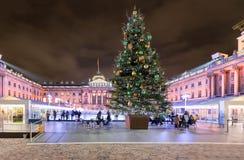 Somerset House en Londres con una pista del árbol de navidad y de hielo fotografía de archivo