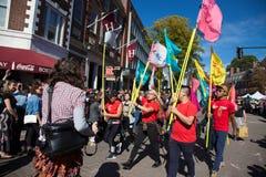 Somerville, Massachusetts, EUA - 11 de outubro de 2015 - BUZINAR o festival de faixas da rua do ativista fotografia de stock royalty free