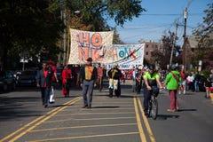 Somerville, Massachusetts, USA - 11. Oktober 2015 - HUPEN Sie Festival von Aktivistenstraßenbändern Stockbild