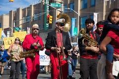 Somerville, Massachusetts, USA - 11. Oktober 2015 - HUPEN Sie Festival von Aktivistenstraßenbändern Stockfotografie