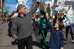 Somerville, Massachusetts, USA - 11. Oktober 2015 - HUPEN Sie Festival von Aktivistenstraßenbändern Stockfoto