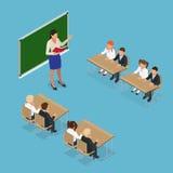 Sometric skolakurs Liten studenter och lärare Isometriskt klassrum med den gröna svart tavlan, lärare skrivbord, elever Arkivfoto