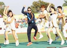 Somjit Jongjohor在第40场泰国大学比赛的非职业泰国拳击手舞蹈Gangnam样式 免版税库存图片