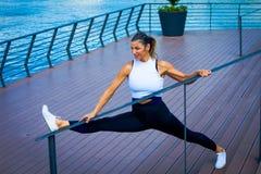 Somma all'aperto sorridente di forma fisica della donna di allenamento di mezza età dell'istruttore Fotografie Stock