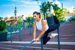 Somma all'aperto sorridente di forma fisica della donna di allenamento di mezza età dell'istruttore Immagine Stock