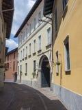 Somma Lombardo, Varese, Włochy: stara ulica zdjęcie stock