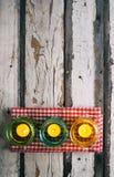 Sommar: Aftonen undersöker sammanträde på picknickservett Royaltyfria Bilder