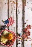 Sommar: Amerikanska flaggan- och sommartidpicknickbakgrund Royaltyfria Foton