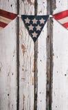 Sommar: Amerikanska flagganbaner över målad Wood bakgrund Royaltyfria Bilder