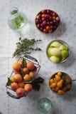 Sommar bär frukt på en tabell Royaltyfri Foto