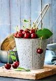 Sommar bär frukt stilleben för den sura körsbäret Arkivfoto
