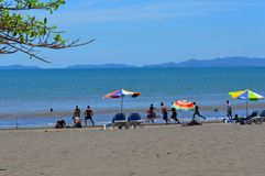 Sommar dag på stranden, familjtryp Puntarenas Costa Rica Arkivfoto