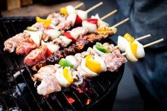 Sommar- eller vårgrillfest utomhus som är nära upp munnen som bevattnar den gourmet- grillfesten på träskärbräda på tabellen royaltyfria foton