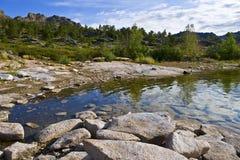 sommar för lakeliggandeberg Arkivfoton