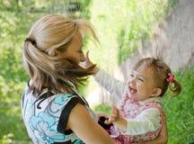 sommar för lycklig moder för dotter utomhus- leka Fotografering för Bildbyråer