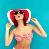 sommar för rad för bikinibrunetthatt Royaltyfria Bilder