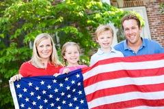Sommar: Familj med amerikanska flaggan Arkivbilder