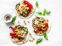 Sommar grillade trädgårds- grönsaker och vegetariska tortillor för kryddiga kikärtar på en ljus bakgrund, bästa sikt sund mat royaltyfria foton