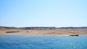 Sommar hav, härlig seascape Berg och havet Kombinationen av öknen och havet stock video