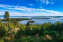 Sommar i arktisken Kandalakshsky för härliga sikter fjärd i det vita havet Arkivfoto