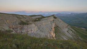 Sommar i bergen av Kaukasuset Bildande och rörelse av moln över bergmaxima stock video