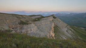 Sommar i bergen av Kaukasuset Bildande och rörelse av moln över bergmaxima lager videofilmer