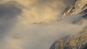 Sommar i bergen av Kaukasuset Bildande och rörelse av moln över bergmaxima arkivfilmer