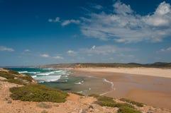 Sommar i den Algarve kusten, Portugal Vaggar i shorelinen och det blåa vattnet Fotografering för Bildbyråer