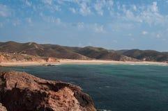 Sommar i den Algarve kusten, Portugal Vaggar i shorelinen och det blåa vattnet Royaltyfri Fotografi
