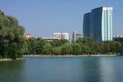 Sommar i stadspark arkivbild