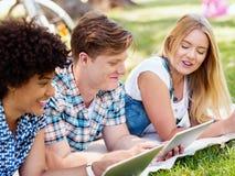 Sommar-, internet-, utbildnings-, universitetsområde- och studentbegrepp Arkivbilder