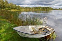 Sommar lake i Sverige med fartyget Royaltyfri Foto