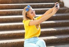 Sommar, mode, teknologi och folkbegrepp - livsstilfoto royaltyfri bild