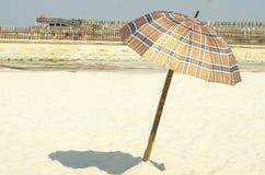 Sommar och paraply på stranden Arkivbilder