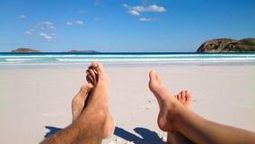 Sommar och strandbegreppet - koppla ihop att ligga på stranden fotografering för bildbyråer