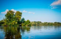 Sommar på floden Dnieper Reflexion av blå himmel i vatten fotografering för bildbyråer
