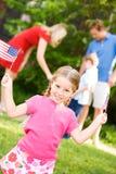 Sommar: Patriotisk flicka med USA flaggor Arkivfoton