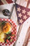 Sommar: Patriotisk sommartidCookoutbakgrund med hamburgaren Royaltyfria Bilder