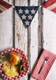 Sommar: Patriotisk sommartidCookoutbakgrund med hamburgaren Royaltyfri Bild