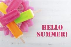 Sommar är här begreppet med ljusa färgglassar Arkivfoto